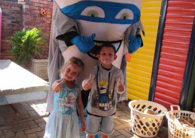 Anne-Rose Prinsloo en Benjamin Pretorius is bly Dr Tooth-Little het kom kuier. (M